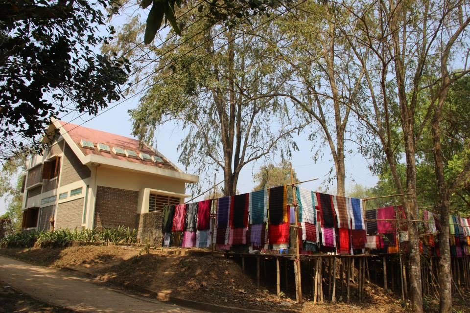 আদিবাসী জাদুঘর। আর পাশেই বসেছে আদিবাসীদের হাতে তৈরি কাপড়ের বাজার।